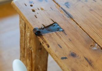Riciclo creativo: il tavolo ricavato dalla vecchia porta di cas dei genitori.