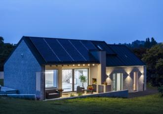 Vista notturna della casa ad alto risparmio energetico in xlam