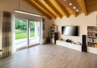 casa-in-legno-classica-interno-soggiorno-travi-a-vista