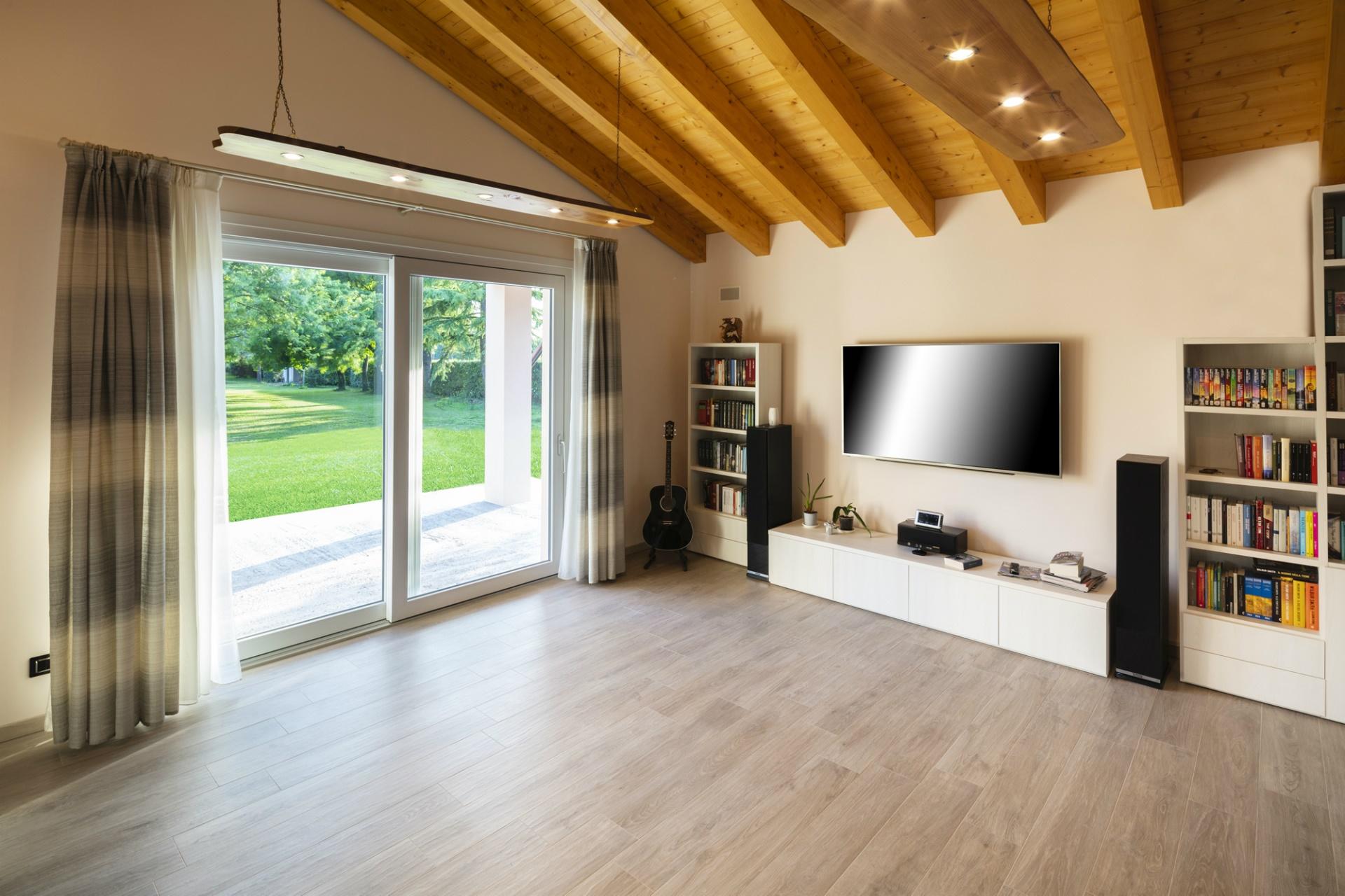 villa classica con porticato con travi a vista evoluthion On arredare casa con travi a vista