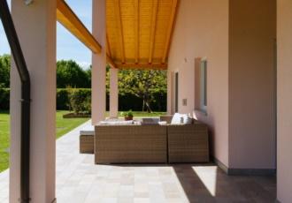 casa-in-legno-con-ampio-portico-con-travi-a-vista
