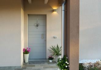 casa-in-legno-con-ampio-portico