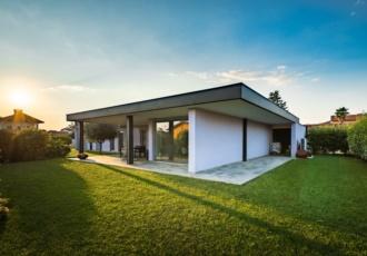 casa-in-legno-dalle-ampie-vetrate