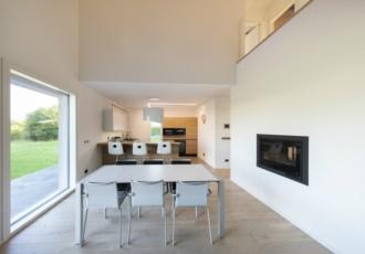 casa-legno-a-telaio-interni-soppalco-parapetto-vetro