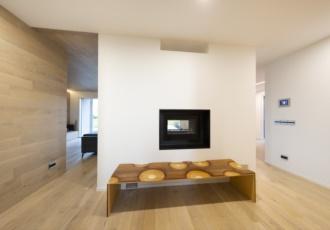 Grande è l'effetto scenografico offerto dalla doppia fiamma in questa villa di design in legno.