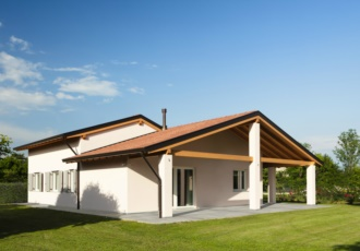 Casa in legno classica con travi a vista a San Martino al Tagliamento (PN)