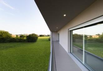 Parapetto in vetro e grandi finestre