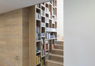 casa-prefabbricata-scala-in-legno-libreria