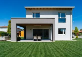 Casa personalizzata da un grande portico in legno.