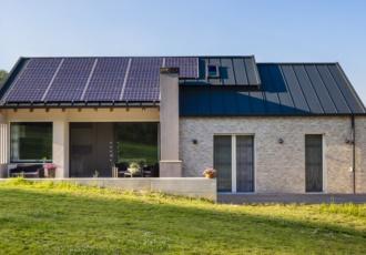 casa-xlam-risparmio-energetico-minimal-tetto-aggraffato