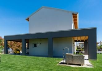 case-in-legno-con-grande-portico