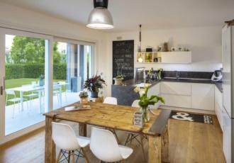 Cucina moderna con grandi finestre