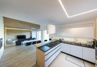 Grandi finestre e stile cucina minimal
