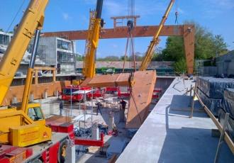 Una fase del montaggio della struttura in legno lamellare