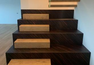ricercata scala in legno bicolore