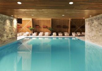 Vista del rivestimento in legno lamellare sulla piscina