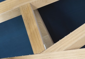 Dettaglio della struttura del tetto e della capriata in microlamellare di faggio