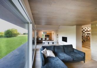 villa-design-casa-in-legno-grandi-luci-scala