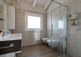villa-in-legno-moderna-con travi-a-vista