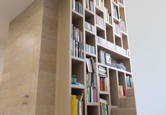 villa-in-legno-particolare-libreria-scala-porta-scomparsa