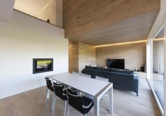 villa-interno-design-rivestimento-legno-caminetto