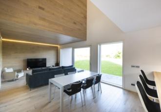villa-interno-soggiorno-rivestimento-legno
