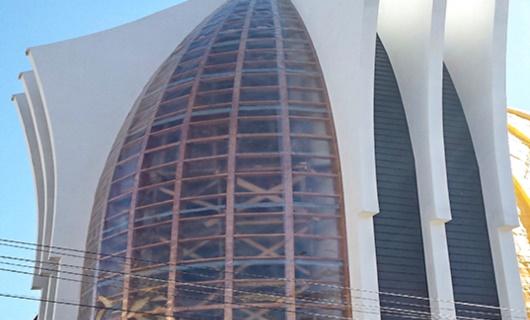 Particolare della chiesa dove si vede la struttura in legno lamellare