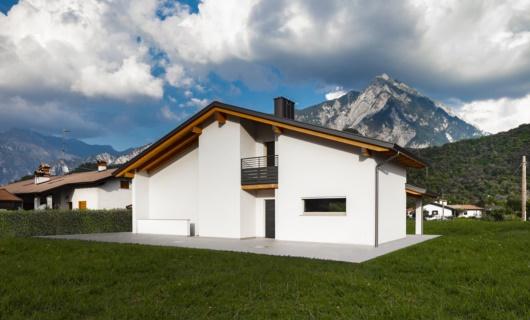 Casa ecosostenibile in stile classico con travi a vista
