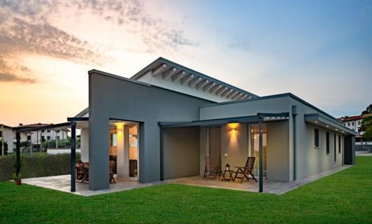 Una moderna villa in legno, con grandi portici, luminosa e dagli spazi ariosi