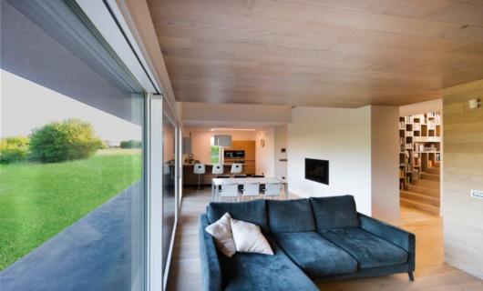 Accurato studio dei volumi e finiture di pregio per questa villa di design in legno su misura