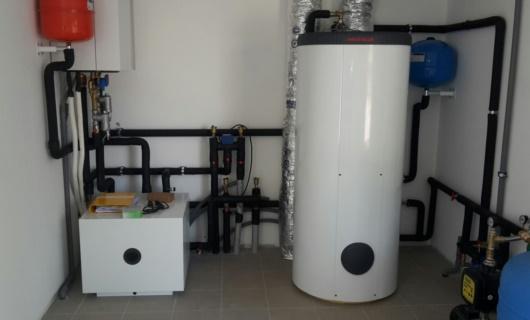 Nelle moderne case in legno il vecchio sistema a caldaia è sostituito dalla pompa di calore che clim