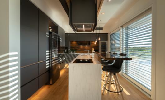 L'accurato studio di interior design enfatizza gli ambienti di questa pregiata villa di design