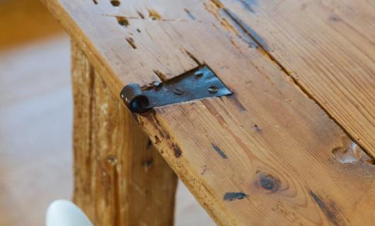 Il tavolo della cucina ricavato dalla vecchia porta di casa dei genitori.