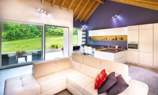 Casa in legno dalle grandi aperture progettata su misura
