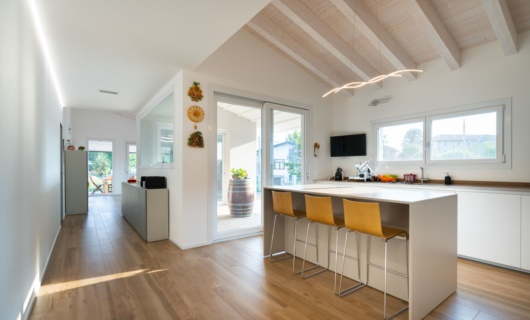"""Il patio, una sorta di """"stanza all'aperto"""" crea connessione tra ambiente interno ed esterno."""