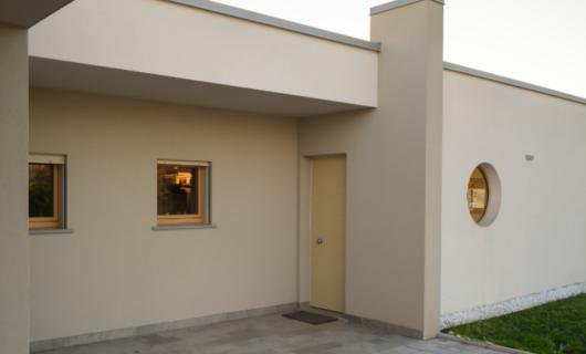 """In questa villa in legno di design l'ingresso """"nascosto"""" si rivela lentamente al visitatore."""