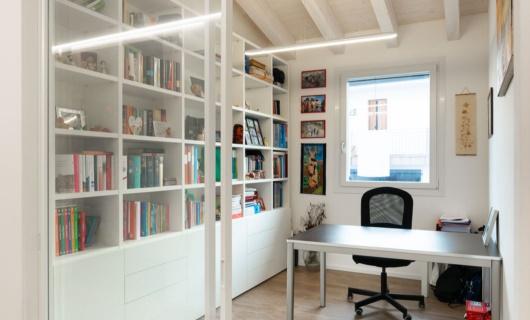 Lo studio, grazie a un sistema di vetrate scorrevoli trasparenti, concilia il lavoro con l'abitare