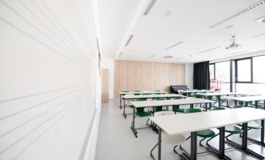 Interno aula edificio scolastico prefabbricato