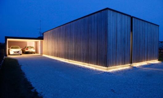 Le luci a led e le tavole in larice creano un percorso che indica la strada di casa.
